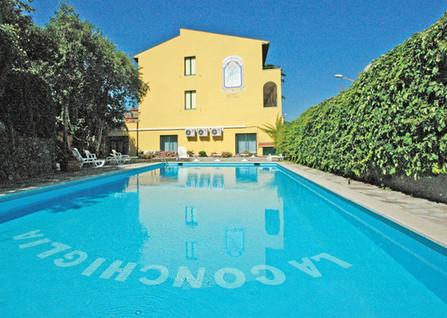 La_Conchiglia_esterna piscina.JPG