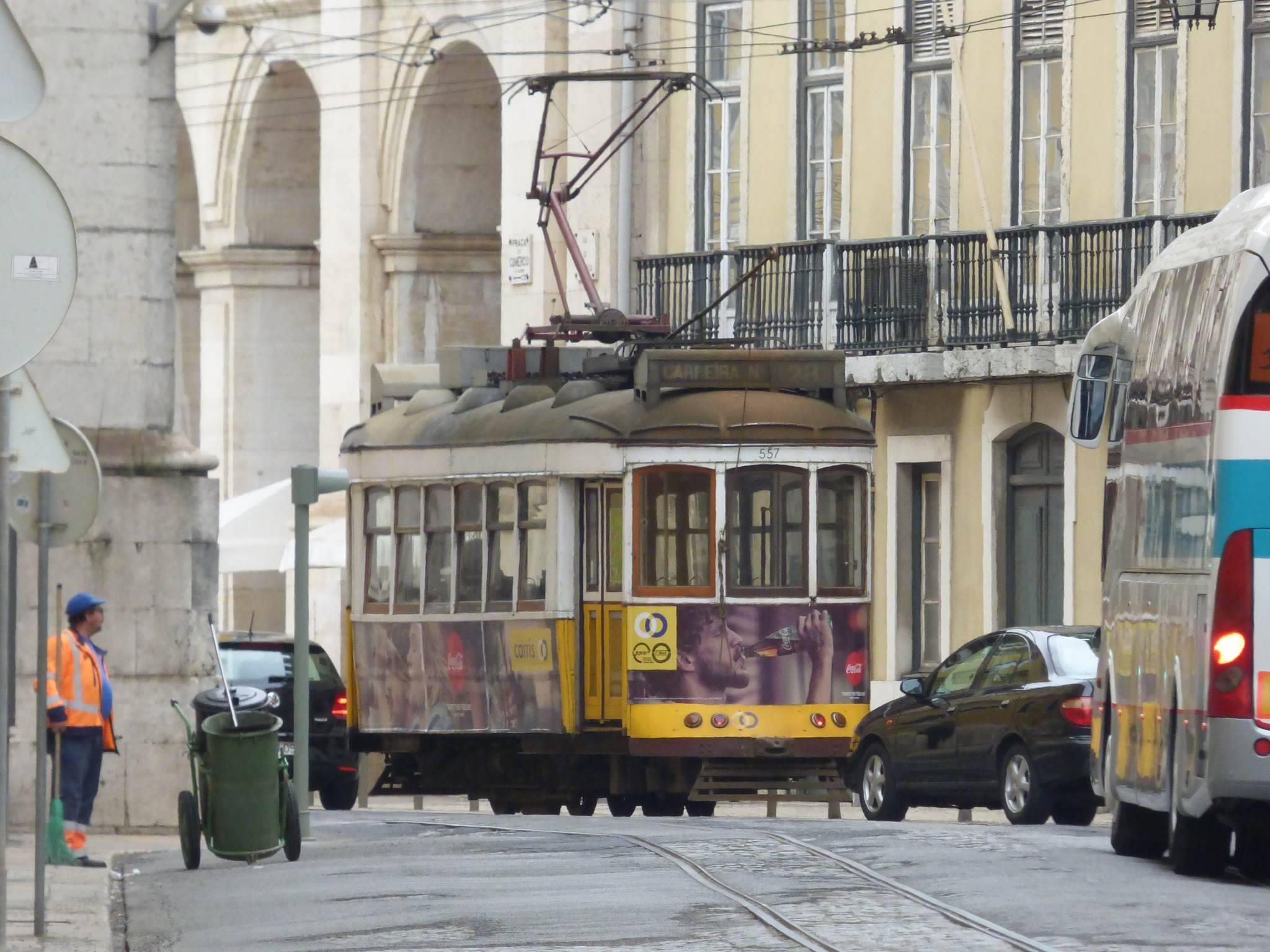 Tramway 28 au pied de l'Alfama