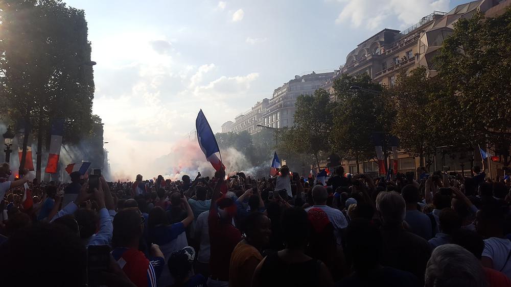 Les Français sur les Champs-Elysées. Photo Léo Sanmarty
