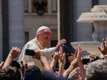 """Le """"crime de l'avortement"""" et Donald Trump : la semaine agitée du pape François"""
