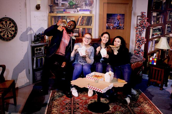 Poser entre amis dans le décor de The Big bang Theory, recréé pour l'occasion