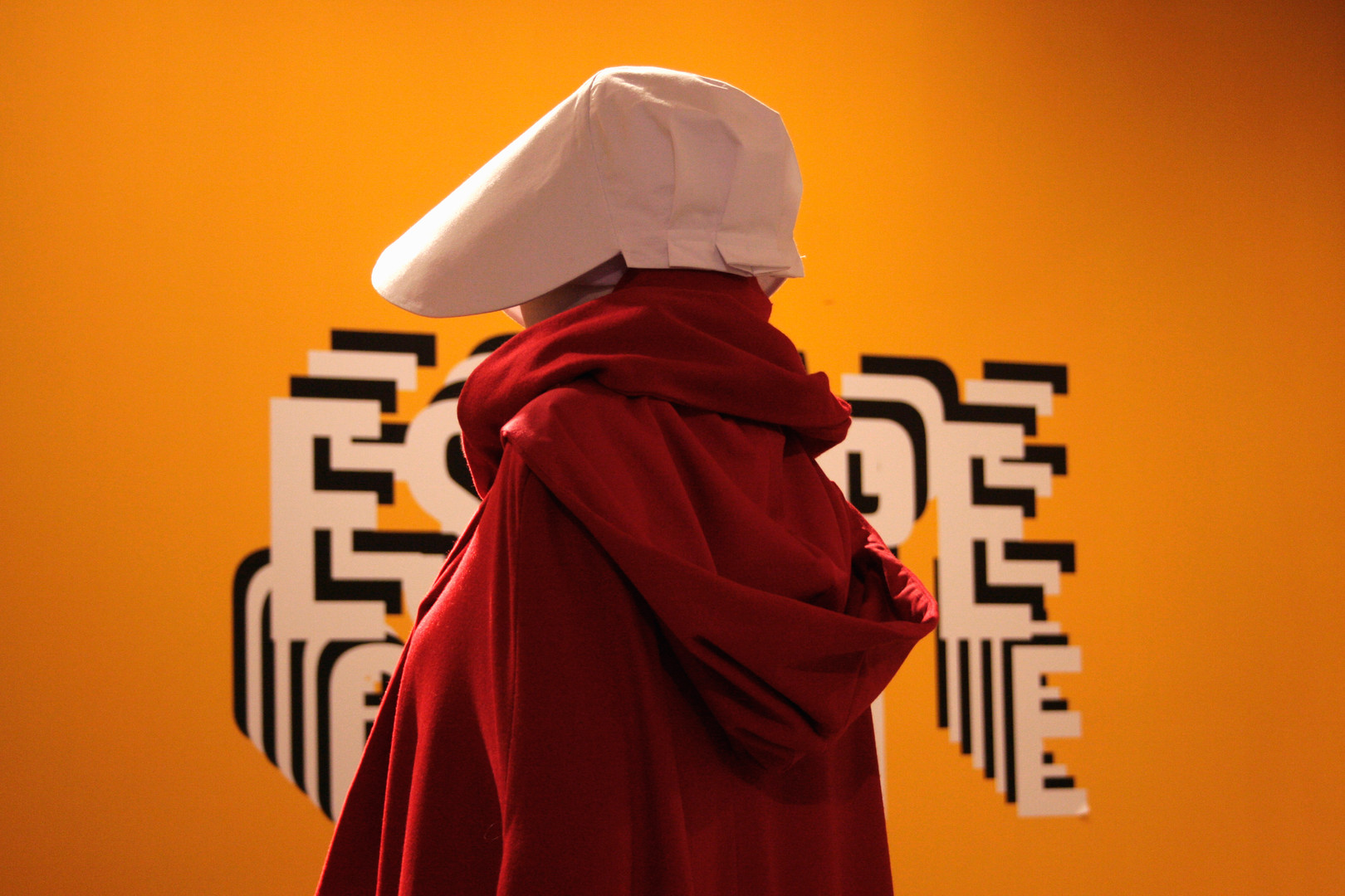 Exposition de costumes, dont la fameuse tenue rouge de The Handmaid's Tale
