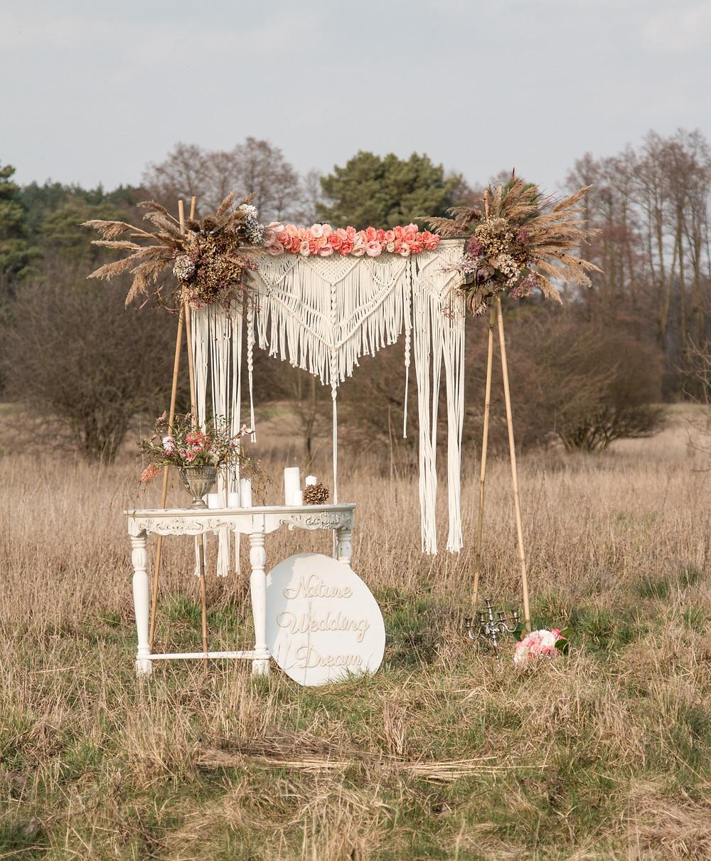 dekoracje ślubne, sesja zdjęciowa, sesja ślubne, ślub plenerowy, sesja plenerowa, szuszone rośliny, suszki, ścianka ślubna, ślub cywilny