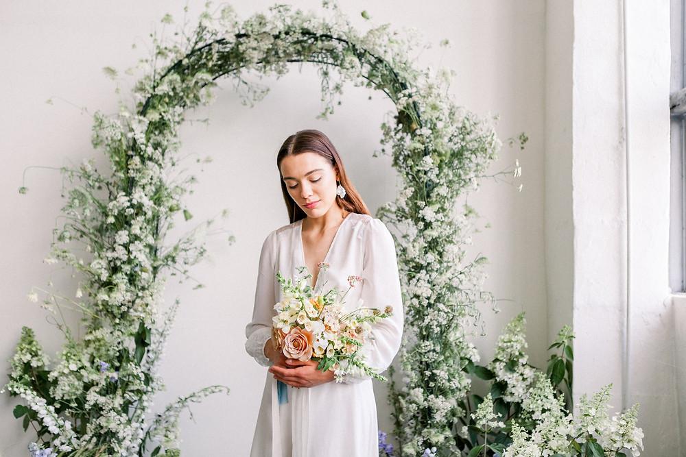 bukiet ślubny, bukiet panny młodej, ścianka ślubna, rodzaje bukietów ślubnych, wiosenny ślub, bukiet, panna młoda