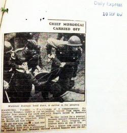 צילום של העיתונאית רות גרובר בעת ההורדה של מרדכי רוזמן בנמל המבורג קטע מהעיתון דיילי אקספרס מספטמבר
