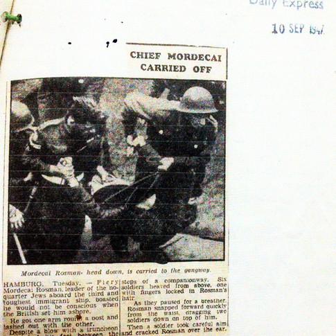 כתבה בדיילי אקספרס מספטמבר 1947 אודות הורדת מרדכי רוזמן בכח מאניית המאסר רנימייד-פארק