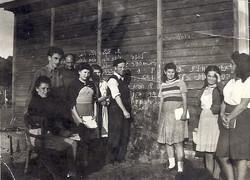 דוד חטקביץ מלמד עברית במחנה אמסטאו