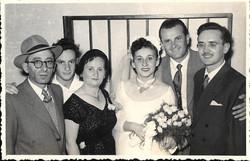 יצחק מגן ביום חתונתו ראשון מימין משמאלו אברהם אחיו ואשתו מרים-יחד עם משפחת מלינק מינה אברהם ופסח