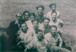 אבא בפרביץ בהכשרה עם חברים לפני העליה לאקסודוס
