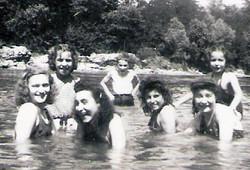 אמא עם חברות באגם שליד מחנה ההכשרה