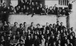 תנועת השומר הצעיר בשנת 1937 ליד ורשה בהשתתפותו של אנוש קורצ'אק – מרדכי רוזמן מסומן בחץ