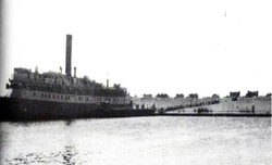 שיירת משאיות המעפילים על רציף סנט לואיס שבנמל סט