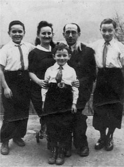 משפחת מלינק בלינדנפלס. מימין לשמאל – משה - פסח - מינה - יצחק מגנושבר-מגן - אברהם – מלפנים