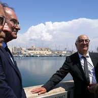 ראש הקהילה היהודית בעיר סט מימין וראש עירית סט משמאל ליד לוח הזיכרון בנמל סט 9 יולי 2017