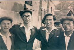 אבא בפרביץ עם חברים לפני העליה לאקסודוס