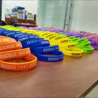 באירוע לזכר האקסודוס במוזיאון העפלה שבחיפה התחלקו המבקרים למסלולי ביקור והרצאות על פי צבע הצמיד שלהם