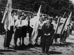 פסח מלינק ונערות ונערים של הקיבוץ בכינוס מחאה נגד סגירת                        שערי הארץ על-ידי הברי