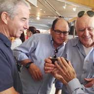 מפגש מעפילים בלובי של אודיטוריום חיפה. על האקסודוס הם היו בני 15-17 וכיום+ 85