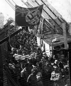 דגל הצי הבריטי עם צלב הקרס שצוייר והונף על ידי המעפילים באניית הגרוש רנימייד פארק - צולם על ידי רות