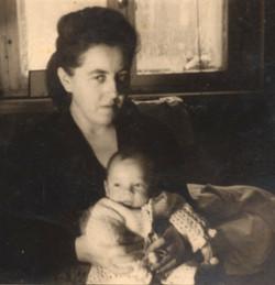 צבי חטקביץ תינוק בזרועות אמו מלי חטקביץ