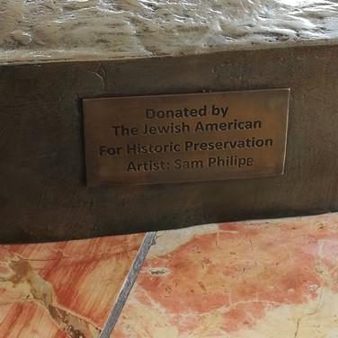 ציון החברה האמריקאית לשימור היסטורי והאמן המבצע המוצמד לאנדרטה