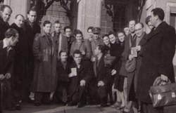 מרדכי רוזמן בקונגרס הציוני בשנת 1946 מאחוריו עומדת רחל אשתו לעתיד