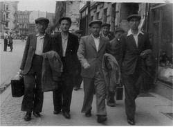 פסח ראשון משמאל  בפולין עם חברים מארגון הבריחה 1946