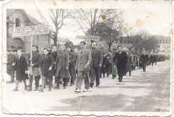 דוד חטקביץ בהפגנה במחנה העקורים למען עליה יהודית חופשית לארץ ישראל