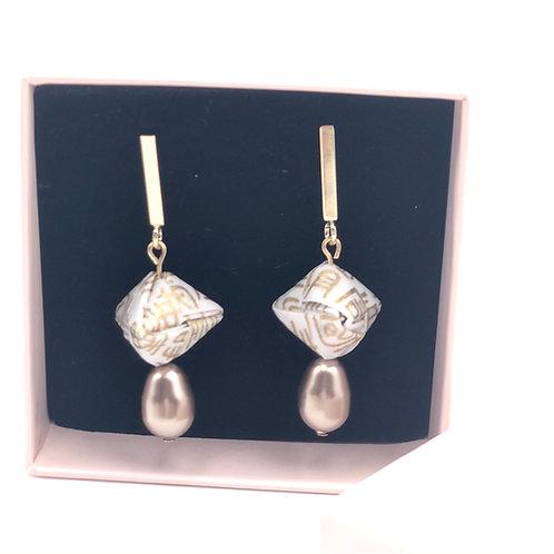 Origami Ohrringe Geometrisch Weiß-Gold  mit Swarovski Perlen Tropfenform