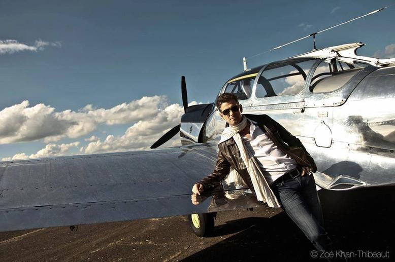 FrederickArno_pop_chanteur_avion.jpg