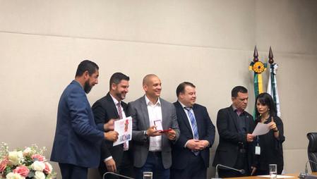 Professor Ricardo Vilela recebendo a Medalha da Ordem do Mérito do CREF7 pelo relevante serviço prestado na Educação Física, das mãos do Presidente do CREF7 - Patrick Aguiar