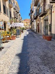 Una via del centro storico, Estate a Cefalù