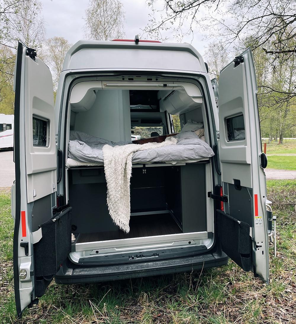 Campingbilen VW Grand California med bakdörrarna öppna.