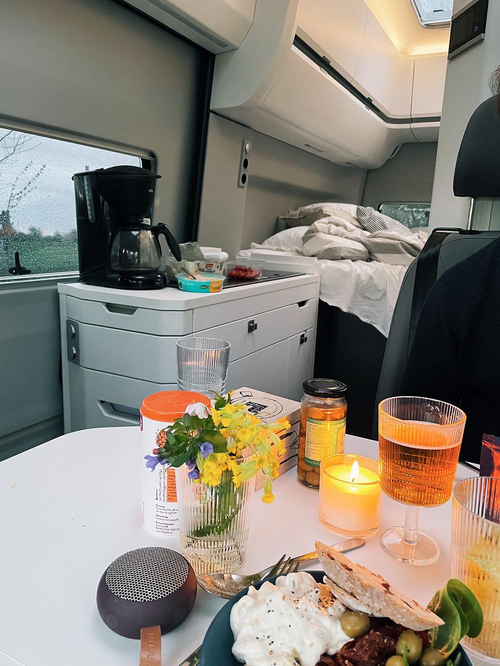 Middag vid matplatsen i campingbilen VW Grand California som hyrs ut av Europcar.