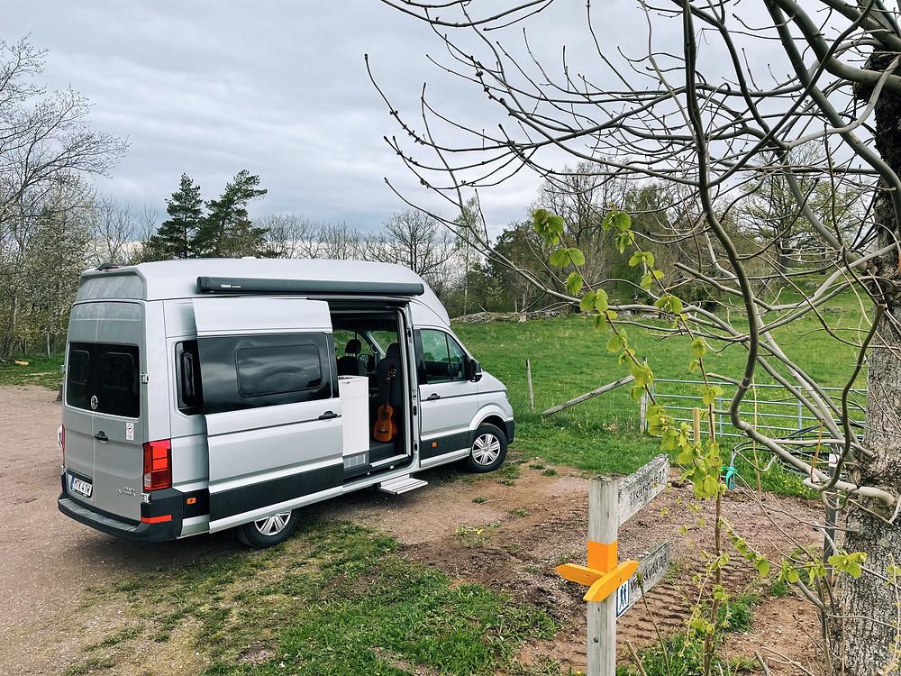 Campingbilen VW Grand California placerad Kråkeryds naturreservat med utsikt över Vättern.