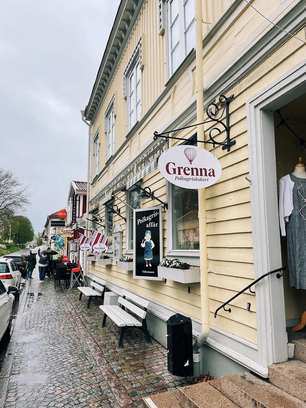 Gågatan i Gränna som kryllar av polkagrisbutiker.