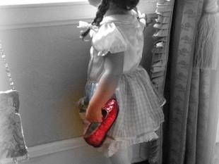 Fetita cu pantofii rosii
