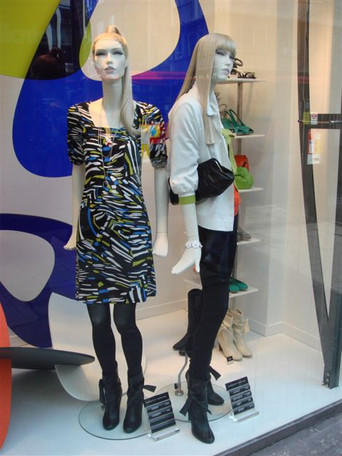 Mannequins with wigs in shopwindow