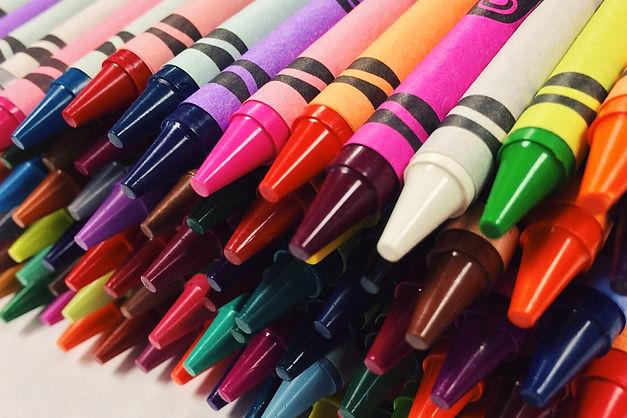 crayons-2667713.jpg