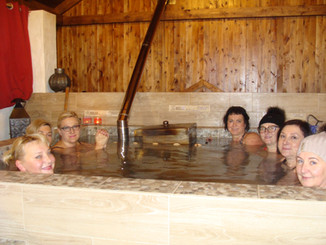 Unikalne zdrowotne, gorące kąpiele w Sierpnicy