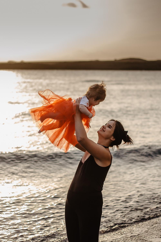 zachód słońca na plaży, sesja rodzinna