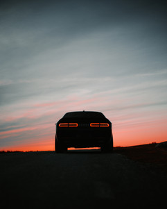 Dodge Challenger ning suvine päikeseloojang