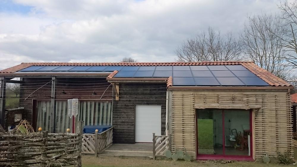 Maison en paille équipée d'un solaire aérovoltaïque (thermique + photovoltaïque)