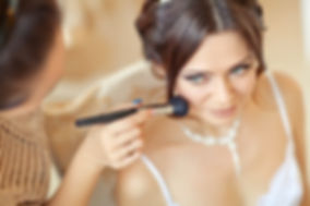 Stylist makes makeup bride on the weddin