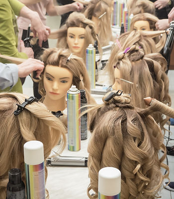 Training hairstyles on the mannequin. Te