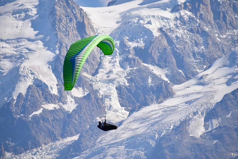 paragliding-4669845_1920.jpg