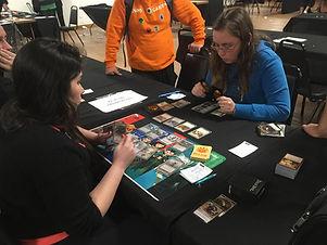 Garotas jogando Magic:The Gathering em evento