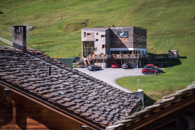 hotel-steinbock-aussen-hausdaecher-01_FB.jpg