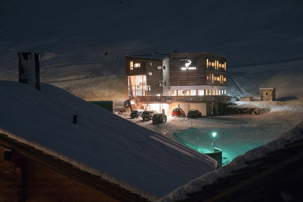 hotelsteinbock-winter_daecher-nachts_FB.