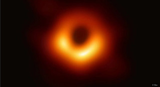 诺贝尔物理学奖与罗杰·彭罗斯的灵感:一瞬间的沉默如何解决了黑洞内部的奇怪数学问题